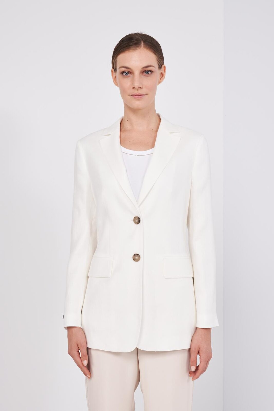 Long-Sleeved Structured Blazer Jacket In Pure Linen. Two Front Buttons, Side Pockets, Leather Detail On The Tip. Regular fit. - Peserico