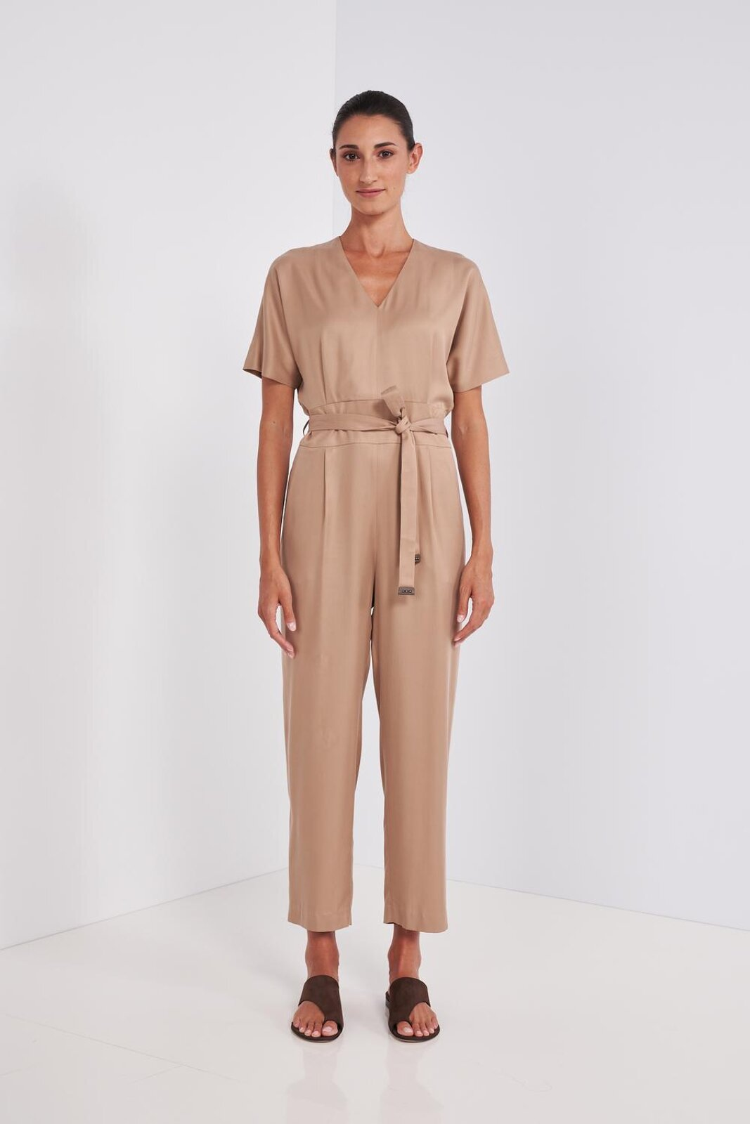 Suit In Soft Viscose Fabric And Short Sleeve Cupro. V-neckline, wide sleeves, fabric belt at the waist with leather details, trousers with pleats, two side pockets. Zip closure on the back. - Peserico