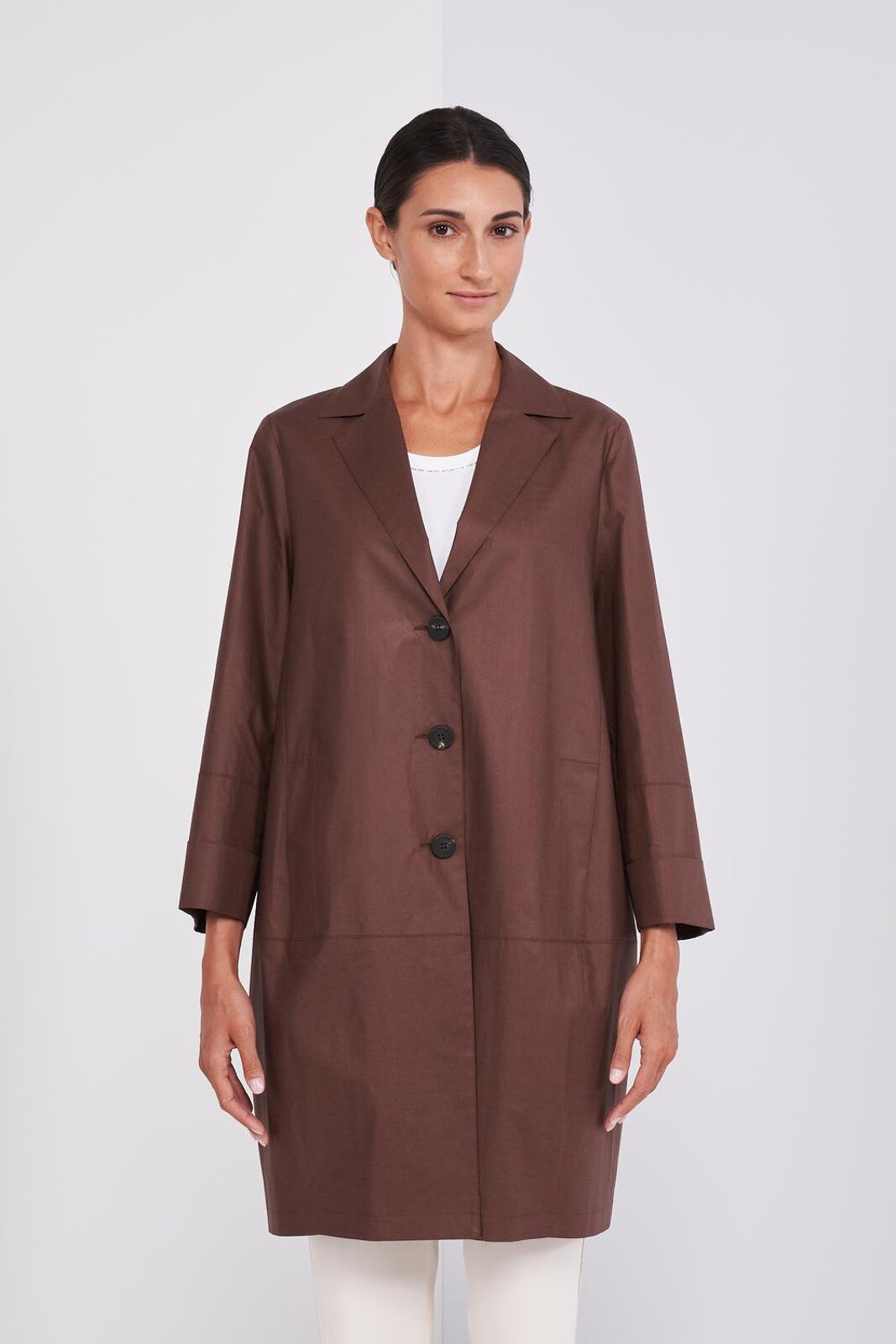 Light Duster Coat In Cotton And Canvas Effect Genuine Leather With Long Sleeves. Front closure with buttons, cuffed sleeves, two side pockets. Slightly 'Egg Shape', Regular Fit. - Peserico