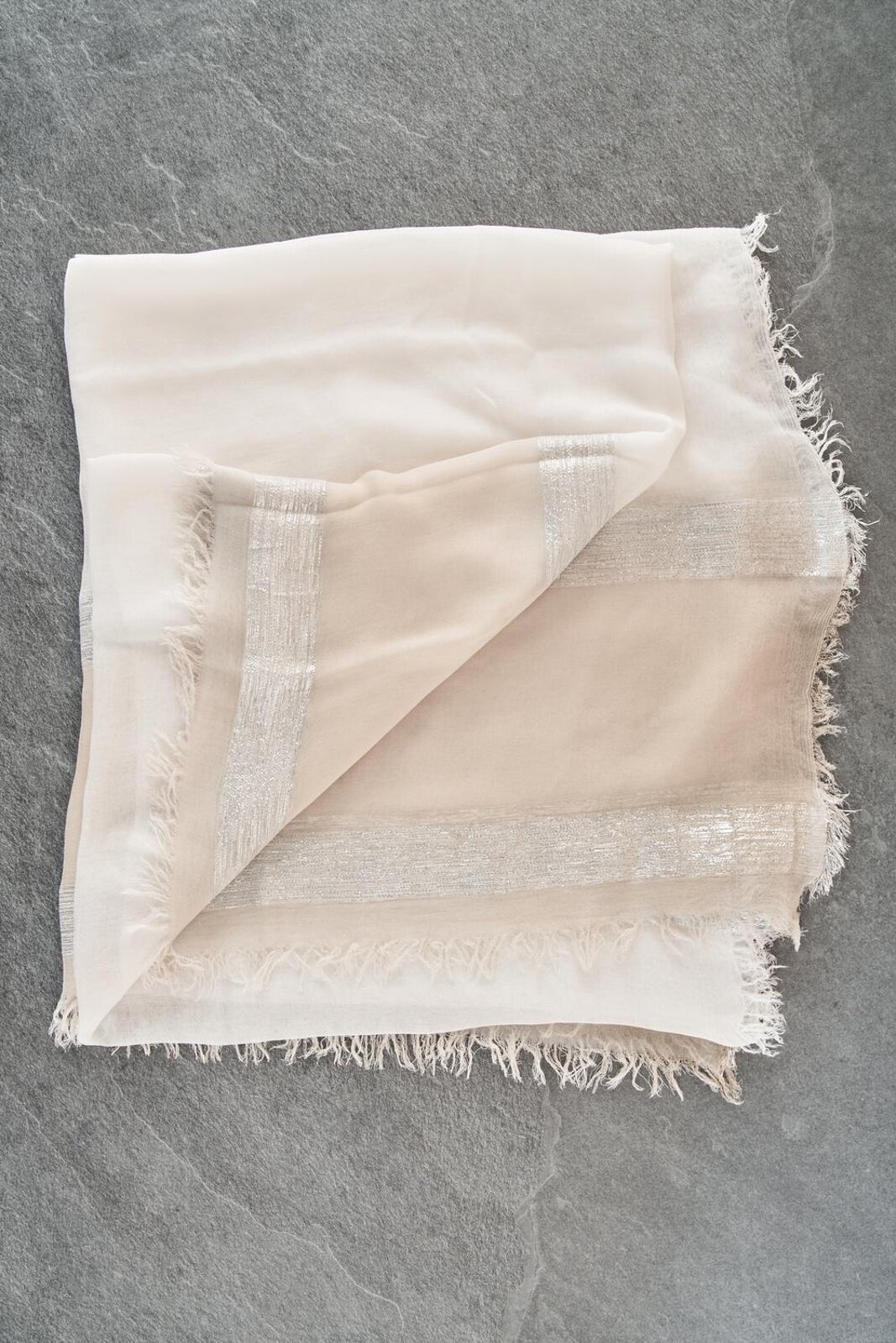 Lightweight Linen Scarf And Metallic Texture With Fringes On The Bottom. - Peserico