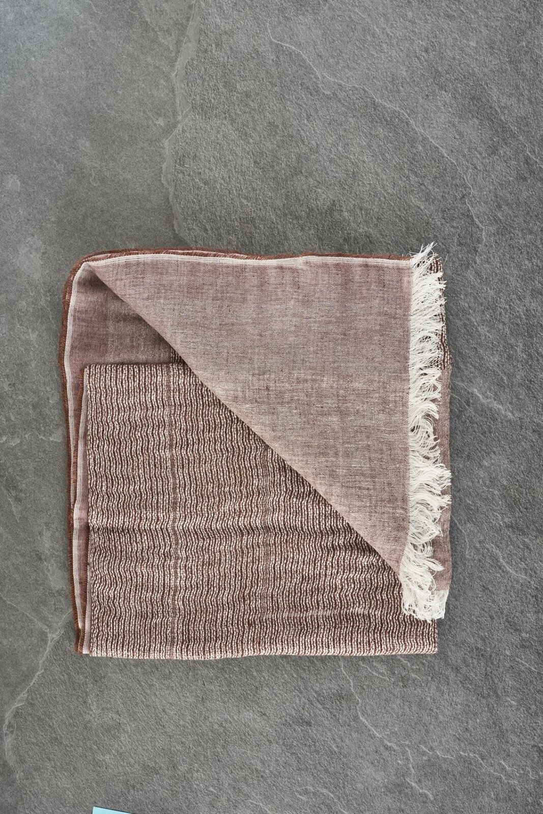 Lightweight stole in linen and cotton fabric with fringes on the bottom. Dimensions 70 X 200 Cm. - Peserico