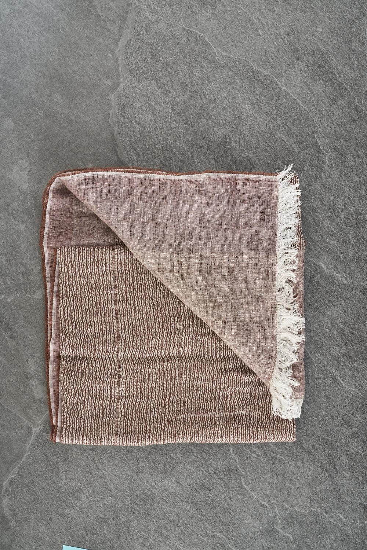 Stola Leggera In Tessuto Di Lino E Cotone Con Frange Sul Fondo. Dimensioni 70 X 200 Cm. - Peserico